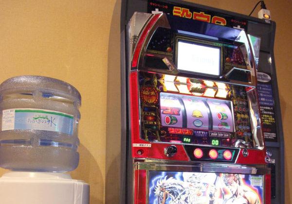 東松山ラブホテル バリタイ 202号室 ウォーターサーバー、スロットマシン